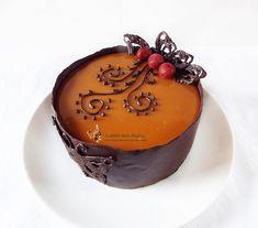 Pentru o zi speciala din familia noastra am pregatit un micut tort entremet cu ciocolata, visine si caramel, pe care