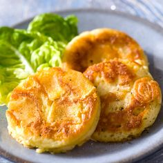 MINI CREPE AU CAMEMBERT (Pour 4 P : 1/2 camembert, 2 oeufs, 60 g de beurre, 150 g de farine, 1/2 sachet de levure, 20 cl de cidre brut, sel/poivre)