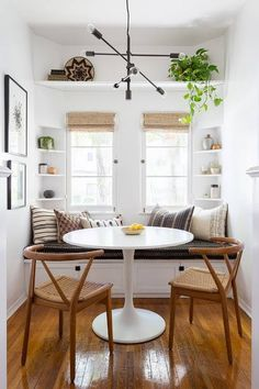 🍀Cub & Clover 🍀 This modern boho dining nook by Katie Hodges Design balances just the right amount of bohemian and modern. copycatchic recreates it for less! luxe living for less budget home decor and design daily finds and room redos Kitchen Breakfast Nooks, Breakfast Nook Bench, Breakfast Knook, Breakfast Room Ideas, Breakfast Table Decor, Small Breakfast Table, Perfect Breakfast, Window Benches, Minimalist Decor