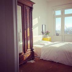 Missing the sun these days... Hamburg,das kannst du besser️  #bedroom #closet #details #einrichtung #furniture #germaninteriorbloggers #Hamburg #hamburgerschietwetter #hh #hhomeinspo #hltips #home #homedetails #homeinspo #homesweethome #igershh #interior #interiordesign #missingthesun #myview #oldcupboard #whiteinterior