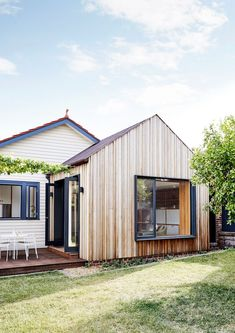 Coburg House by Lisa Breeze Architect - Classic Californian Bungalow - The Local Project Bungalow Renovation, Bungalow Exterior, Bungalow House Design, Bungalow Extensions, House Extensions, Backyard Studio, Modern Backyard, Recycled Brick, Timber Windows