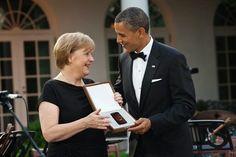 Aha: Barack Obama schenkt Angela Merkel zum 60. Geburtstag ein neues Handy [Quelle: Der Postillion]