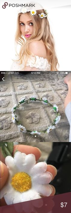 Flower headband Forever 21, no tag but I remember getting it. Small pink stain on one flower shown in picture but in great condition other than that. Forever 21 Accessories Hair Accessories