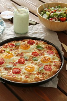 Gruyere, egg and bacon pizza Egg Pizza, Bacon Pizza, Bacon Egg, Blt Salad, Calzone, Greek Recipes, Cheeseburger Chowder, Eggs, Sweets