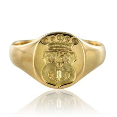 Signet ring decorated with a crowned coat of arms. This model is quite mixed and can be worn both ring and finger, by a woman as a man. Pomellato, Tungsten Wedding Bands, Wedding Ring Bands, Ring Bear, Tungsten Carbide Rings, Engraved Rings, Signet Ring, Anniversary Rings, Unique Rings