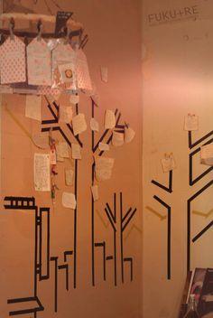 壁にマスキングテープで描いた木に、お客様の声を書いて茂らせて。