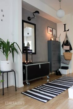 Entrance to a small apartment or house. Hallway Inspiration, Home Decor Inspiration, Hall Room, Cottage Renovation, Scandinavian Home, Small Spaces, Sweet Home, House Design, Interior Design