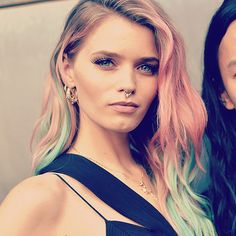 Usually known for her blonde locks, Aussie model Abbey-Lee showed off her pastel strands at the amfAR Gala in NYC.