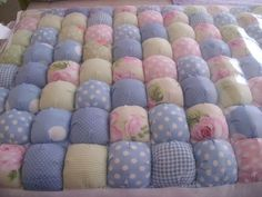 This is the best puff blanket yet Easy Sewing Projects, Quilting Projects, Quilting Designs, Baby Rag Quilts, Baby Patchwork Quilt, Manta Quilt, Biscuit Quilt, Puffy Quilt, Bubble Quilt