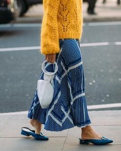 Street style from London fashion week included this bright yellow knitted sweater with a blue skirt Fashion Week, Look Fashion, Skirt Fashion, Spring Fashion, Fashion Outfits, Womens Fashion, Tokyo Fashion, Looks Street Style, Looks Style