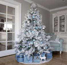 72 Best Christmas Tree Decoration Ideas To Get Inspired This Year | Ecemella Luxury Christmas Decor, Blue Christmas Tree Decorations, Frosted Christmas Tree, Elegant Christmas Trees, Silver Christmas Tree, Noel Christmas, Flocked Christmas Trees Decorated, Vintage Christmas, Christmas Mantles