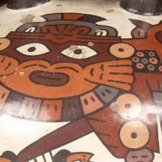 23/ NAZCA - Vase représentant un démon, 15 cm. Musée du Quai Branly. Céramique polychrome peinte avec deux goulots tubulaires réunis par une anse. Décor anthropomorphe: démon tenant des têtes-trophées. Nasca moyen. Têtes de prisonniers/défunts retrouvées dans les sites arquéologiques, vidées puis trouées pour mettre des cordes et les porter pendant les rituels. Renferment l'âme: couper la tête d'un homme = s'approprier sa force spirituelle. Epines dans les lèvres.