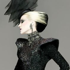 Daphne Guinness Heiress, Muse, designer, collector of haute couture and the mother of three children. Daphne Guinness (her full name - Daphne Suzanne Diana Joan Guinness) was born in 1967 in the family brewery heir Jonat Daphne Guinness, Gothic Fashion, Fashion Art, High Fashion, Fashion Design, Ladies Fashion, Asos Fashion, Dark Fashion, Fashion Books