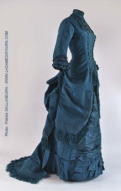 Robe à tournure Visiting Dress, circa silk brocade and silk fringe. 1880s Fashion, Edwardian Fashion, Vintage Fashion, Antique Clothing, Historical Clothing, Vintage Gowns, Vintage Outfits, Vintage Hats, Style Édouardien