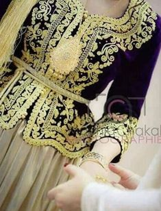 Karakou ~Algérie~ Arabic Dress, Pose, Gold Lace, Traditional Dresses, Blazer, Bridal, Caftans, Womens Fashion, Beautiful