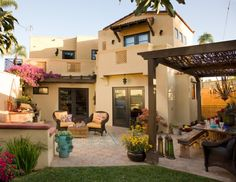 Love this Spanish/Moroccan style backyard