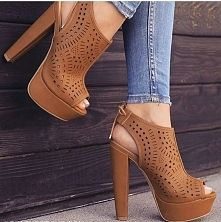 Me enamoré.. Caramelo como me gusta Dream Shoes, Crazy Shoes, Me Too Shoes, Heeled Boots, Bootie Boots, Shoe Boots, Pretty Shoes, Beautiful Shoes, Hot Shoes