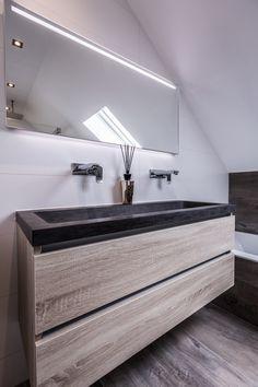 Houtlook tegels, stijlvol en klassiek. Inloop douche met vierkante regendouche. Bathroom Inspiration, Interior Inspiration, Attic Bedroom Designs, Primitive Bathrooms, Kitchen Tiles Design, Interior Photography, Bathroom Interior, Small Bathroom, Bedroom Decor