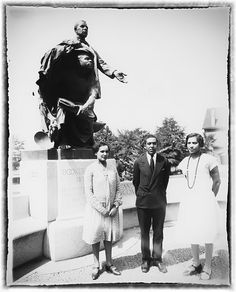 Langston Hughes flanked by Zora Neale Hurston (right) and Jessie Redmon Fauset in at the grave of Booker T. Washington at Tuskegee Institute in Mr. Hughes and Ms. Hurston ran into Ms. Fauset, who was invited to speak at a Wednesday speakers. Zora Neale Hurston, Langston Hughes, Harlem Renaissance Poets, Renaissance Artists, Tuskegee University, James Van Der Zee, African American Literature, Vintage Black Glamour, Booker T