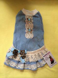 Este hermoso vestido de mezclilla de algodón con encajes y brillos será perfecto para su mascota. Es de algodón, jersey de algodón y adornado con