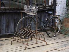 Vem har sagt att cykelställ måste vara fula. Älskar mitt lilla cykelställ på bakgården.