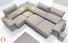 Composición sofá 3 + 1 plaza y rinconera, asientos y respaldos deslizantes, brazo con 2 pouff y 2 lámparas para lectura.