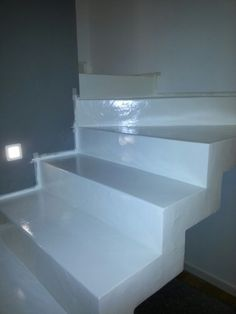 Rivestimento scala in resina lucida effetto materico.