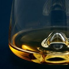 Rikke Hagen has once again designed an exclusive glass for Normann Copenhagen – one that combines elegance,pleasure and function in a simple, Nordic design. Whiskey conveys an elegant expression, and the entire experiencerevolves around how you hold the glass in your hand. Aroma, temperature and volume all come together and the wideopening completes the indulgence.