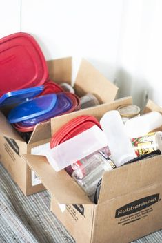 How to get your messy tupperware organized in just 30 minutes - It's so easy to do! I don't know about you, but the cabinet where I stash my food storage containers was embarrassing! Uses For Dryer Sheets, Tupperware Organizing, Diy Wall Shelves, Diy Chalkboard, Wall Mounted Tv, Color Changing Led, Jar Lamp, Diy Desk, Clay Pots