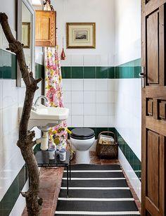 Casa de campo en antigua nave - toallero tronco en el aseo Elle Decor, Black Rug, Velvet Curtains, Antique Chairs, Black Bathrooms, Upholstered Headboards, Toilets, Colors