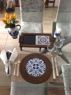 Azul e branco em estilo clássico português, com detalhes da jarra e castiçal da Monte Sião porcelanas!