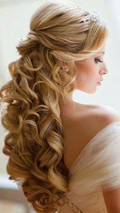 Coiffure mariage blonde bouclee cheveux long attache avec queue de cheval elaboree boheme chic - Coiffure semi attache ...