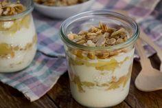 Selbstgemachter Apfelkompott trifft auf Joghurt und Mandelkrokant - perfekter Snack für Unterwegs!