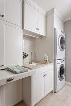Fregadero en el lavadero. Lavaderos. Máquina lavadora. Máquina secadora.