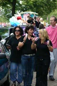 Roze Muggen in de parade Roze zaterdag