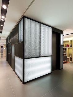 russia 2013 - international chain - corridor - modern - lobby - expanded metal - luggage room - box - patchwork - illuminated - hotel - gepäck - gitter - schwarz weiß - beleuchtung