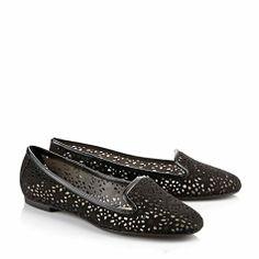 Loafer in schwarzer Velourslederoptik mit dekorativen Cut-Outs und Blumenmuster, einem kleinen Absatz und einer gepolsterten Innensohle.