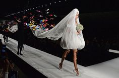 For Jeremy Scott's latest Moschino collection, Gigi Hadid wore a magical butterfly wedding veil during Milan Fashion Week. Gigi Hadid Walk, Gigi Hadid 2014, Bella Gigi Hadid, Ny Fashion Week, Milan Fashion Weeks, Fashion Show, Valentino Designer, Kendall Jenner, Moschino