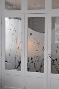 GORGEOUS window film idea for home or office! Verre Design, Glass Design, Window Design, Door Design, Sticker Vitrine, Redo Mirror, Decoration Vitrine, Frosted Glass Door, Sliding Room Dividers