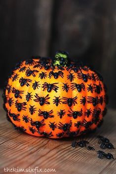 Spaders And Pumpkin ★ Are you looking for DIY Halloween decorations? We are happy to present you our collection of creative decor for Halloween. Check it out! Halloween Tags, Halloween Kunst, Dollar Store Halloween, Holidays Halloween, Halloween Snacks, Halloween Pumpkins, Halloween Crafts, Halloween Quotes, Creepy Halloween