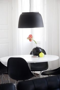 Black & white dining. Photo from a Swedish real estate agency.