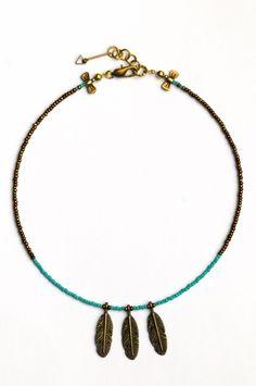 EAGLE / Collier ras de cou. Plumes en bronze et perles de rocaille. Série limitée. / Short necklace with bronze feathers and stone beads. Limited edition. © Bazaroïde