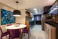 Uma forma de dar sua cara para um ambiente é apostar em móveis coloridos! A arquiteta Juliana Pippi escolheu uma paleta alegre e ao mesmo tempo discreta para essa cozinha. Veja como as cadeiras azuis combinam com o quadro. Amamos! | foto: reprodução
