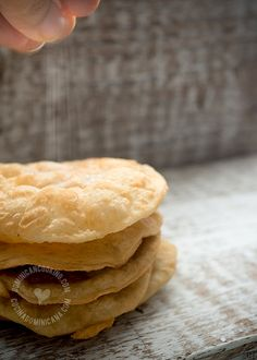 Yaniqueques Recipe (Fried Crispy Johnny Cake Tortillas): These are delicious, cruchy, flaky, deep-fried fast food wonders, a must on a visit to Boca Chica. Johnny Cake, Dominican Food, Dominican Recipes, Comida Boricua, Carribean Food, Meals On Wheels, I Love Food, Back Home, Hot Dog Buns