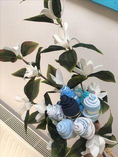 Cadeau de naissance ou de baptême :Bouquet de bavoirs bandana avec des fleurs en plastiques