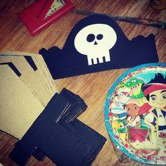 Espadas y gorros #piratas hecho en material reciclado como cartón y cartulina.