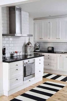 Cozinhas Black and White / kitchen / decor / homedecor Kitchen Black Counter, White Kitchen Decor, Kitchen Rug, White Kitchen Cabinets, Kitchen Cabinet Design, New Kitchen, Kitchen Ideas, Floors Kitchen, Kitchen Paint