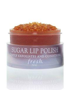 Gommage au sucre : Sugar Lip Polish, FreshCesoinnaturel a la formule idéale pour exfolier sans irriter.Ses cristauxde sucre roux, enveloppés dans une solution d'huiles de pépins de raisins et de jojoba, roulent délicatement sur la peau, avant de fondre au contact de l'eau de rinçage. Un massage qui permet de faire d'une pierre deux coups : les lèvres sont lisses ET nourries.Le plus : de la vitamine E protectrice.Sugar Lip Polish, Fresh, 25€ chez Sephora.