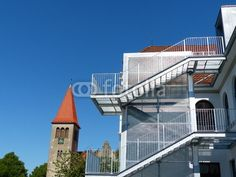 Fluchttreppe der Grundschule Helpup bei Oerlinghausen vor blauem Himmel in Ostwestfalen-Lippe
