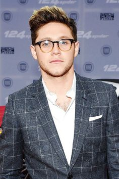 sorry for the overload of pictures from niall at the ama's, but he looks hot af